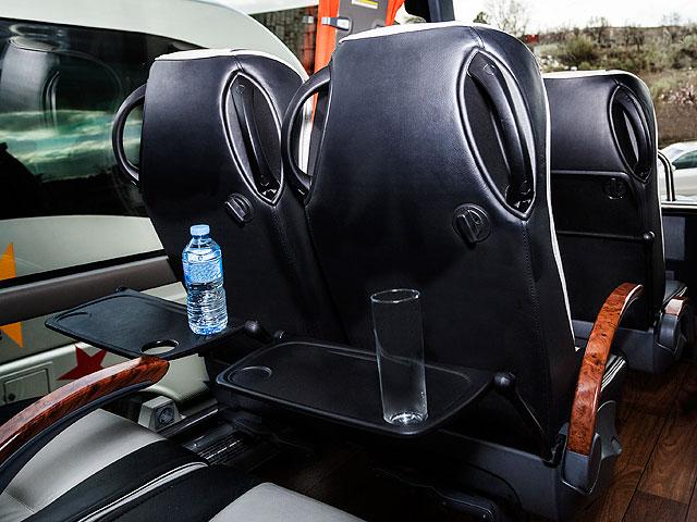 Alquiler de autocares Gran Lujo - Bandeja en los asientos